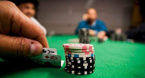 szerencsejátékos pókerezni
