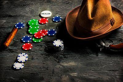 Kowbojski kapelusz i żetony w kasynie